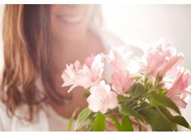 阳光明媚的日子里的花朵特写_86392201