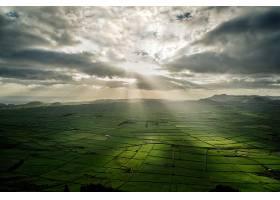 阳光穿透云层拍摄的农业田野全景_1194257401