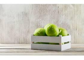 雨淋的绿色苹果装在一个木箱里背景是肮脏_824847001