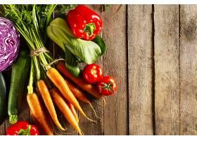 食物蔬菜五颜六色的背景木桌上放着美味_414986601