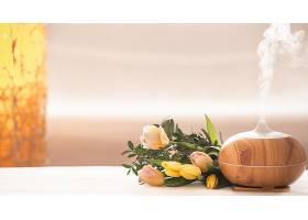 香油扩散灯在模糊的背景上放在桌子上上面_1108563801