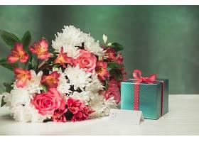 桌上有粉色玫瑰鲜花和礼物的爱情背景_776477801