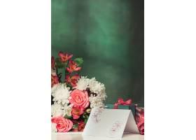 桌上有粉色玫瑰鲜花和礼物的爱情背景_776478101