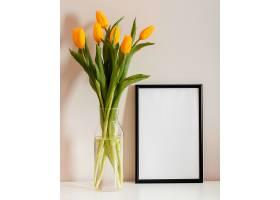 前景一束郁金香装在空框的花瓶里_1206771801