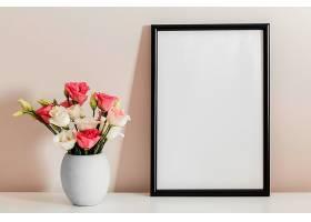前景玫瑰花束装在空框架的花瓶里_1206771201