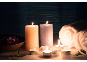 桌子上设置有水疗保健设施的蜡质照亮蜡烛_269076601
