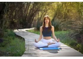 在大自然中做瑜伽的年轻美女_113085901