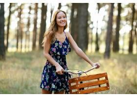 在森林里骑着自行车笑的女孩_258345201