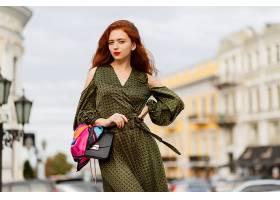 在温暖的春日里美丽的卷发红唇的女人在户_919836901
