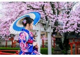 日本京都寺庙春天穿着日本传统和服和樱花的_1082436301