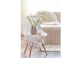 在舒适的起居室内部用春天的鲜花构图装饰_1010727901