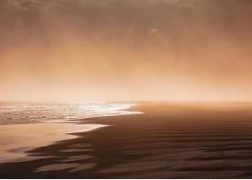 在雾天拍摄的海滩照片_767790101