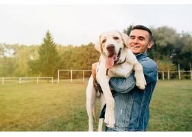 日落时分公园里快乐的男人抱着他的朋友拉_258392001