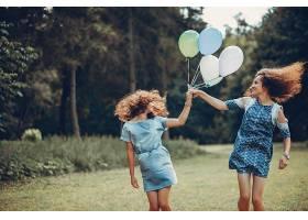夏日公园里的两个可爱的姐妹_406440301
