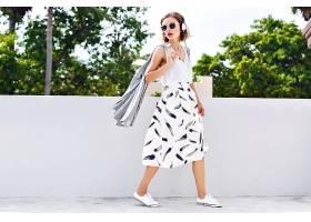 时尚生活方式的写照年轻快乐的美女在阳光_985574001