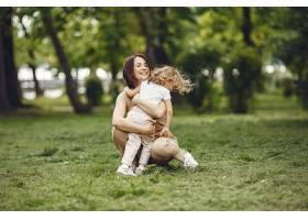 夏日森林里优雅的母亲带着女儿_965928501