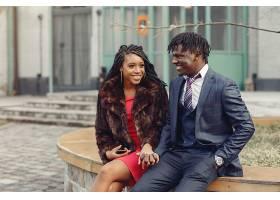 时尚的黑人夫妇在春城度过时光_739160601