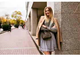 时尚街风图片中的金发优雅女子身穿奢华丝_985586401