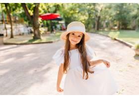 暑假在公园里玩的时候长着漂亮的黑眼睛的_1048514001