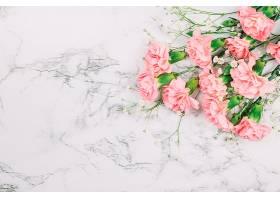婴儿气息鲜花和康乃馨花束在大理石纹理背景_397253401