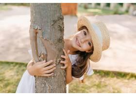 有趣的黑发男孩大眼睛微笑着拥抱公园里_1048513401