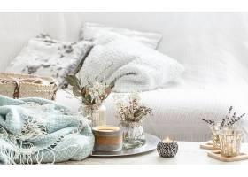 室内的家居装饰品绿松石毯子和柳条篮子_904605501