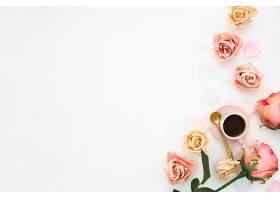 用粉色玫瑰花和一杯带文案空间的咖啡打造的_582490101