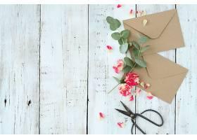 用美丽的花朵和信封组成的构图_938809801