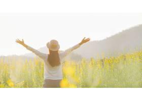 少女站在户外感受自由和放松伴着日出享_121168501