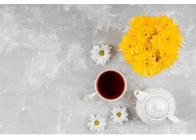 用茶杯和茶壶组成的美丽的春花构图_1206780701