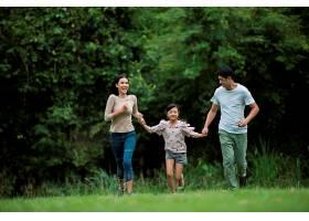 幸福的一家人玩得很开心妈妈爸爸和女儿_288891101