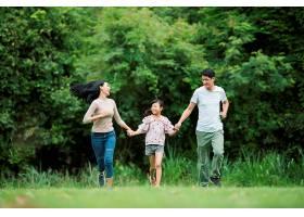 幸福的一家人玩得很开心妈妈爸爸和女儿_288891201