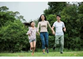 幸福的一家人玩得很开心妈妈爸爸和女儿_288891301