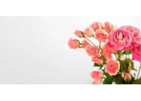 桌上复印空间有玫瑰花的花瓶_1247931801