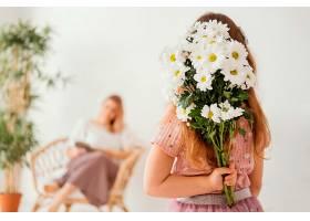 一个小女孩拿着一束春天的鲜花给她妈妈一个_1222464701