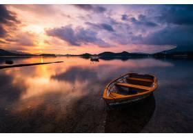 一个小湖的美丽镜头对焦的是一艘木制划艇_784164701