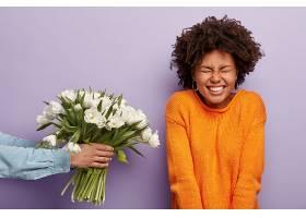一位喜出望外的年轻卷发非洲裔美国女士在生_1157851001