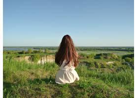 一位放松的年轻女子凝视着窗外的景色安静_1196117101