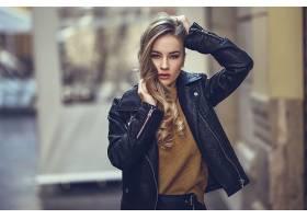 一位美丽的女性冬季时尚_106967101