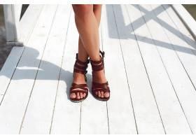 一名穿棕色凉鞋的女子的特写_90105901