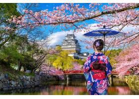 一名穿着日本传统和服的亚洲妇女在日本Hime_1082440201