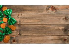 一套木板上的金币和领结_401896501