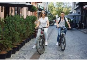一对夫妇在夏城骑自行车_965912901