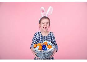 一幅可爱的小女孩的肖像带着一个独立的粉_943423801