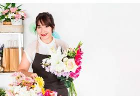 一幅拿着一束鲜花的幸福女人肖像_315297801