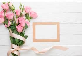 一束粉色玫瑰有缎带和复印区_535303501
