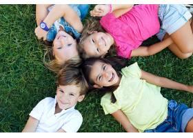 一群孩子在公园里玩耍_123325701