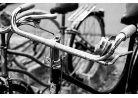 一辆旧自行车的灰度特写镜头_1048892601