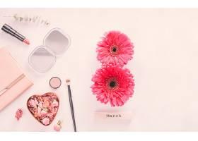 三月八日非洲菊花题词餐桌上摆放着化妆品_385835701