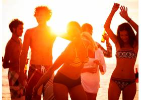 享受夏日沙滩派对的年轻人_286225101